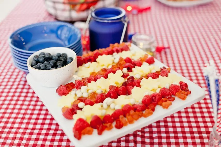 A patriotic flag snack tray that will impress your guests and get you in an Americano mood while you feel good about what you're serving with these healthier options!
