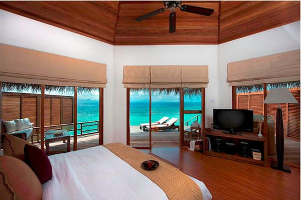 blue water bedroom view 23 Amazing Bedrooms with a Panoramic View of the Ocean