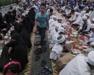 Islamic officials disguise as waiters to catch Muslims not fasting and offenders can be punished with up to 6 months in jail