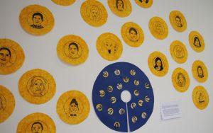 Kreativität als Ausdrucksform: Die Porträts der Teilnehmerinnen am Projekt KLEIDERwerkstatt waren Teil der künstlerischen Auseinandersetzung.
