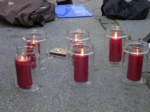 Gemeinsam entzündete Kerzen als Mahnung für die Einhaltung des Rechtsstaates und die Wahrung der humanitären Grundwerte
