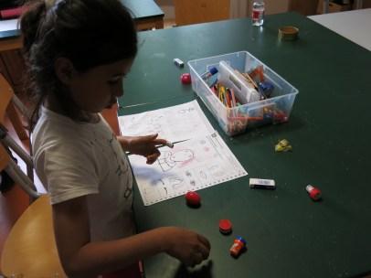 Mit Papier und Stift werden die Körperteile dann richtig zugeordnet.