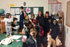 Die Betreuung der Kinder geht weit über Hausaufgabenbetreuung hinaus: Auch beim Halloween-Umzug kann man viel lernen!