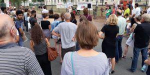 Ca. 150 Menschen kamen zur Mahnwache und protestierten gegen die AnkER-Zentren.