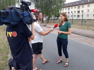 Großes Medieninteresse: Pfarrerin Miriam Elsel, Mitorganisatorin der Bamberger Mahnwache Asyl, bezieht Stellung gegen die AnkER-Zentren.