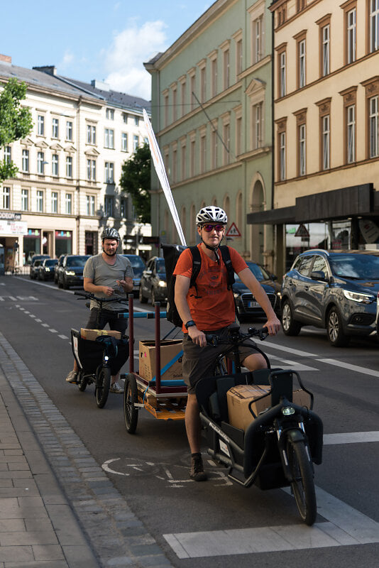 Lastenräder vom Mulistall und Radladen transportieren Kartons und Kisten in die Blaue Frieda-