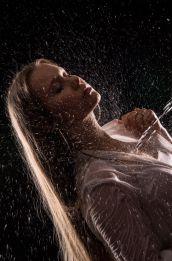 Foto: Wolfgang Fricke | Model: Raffaela | aus einem Shooting mit dem neuen Wasserbecken & Dusche