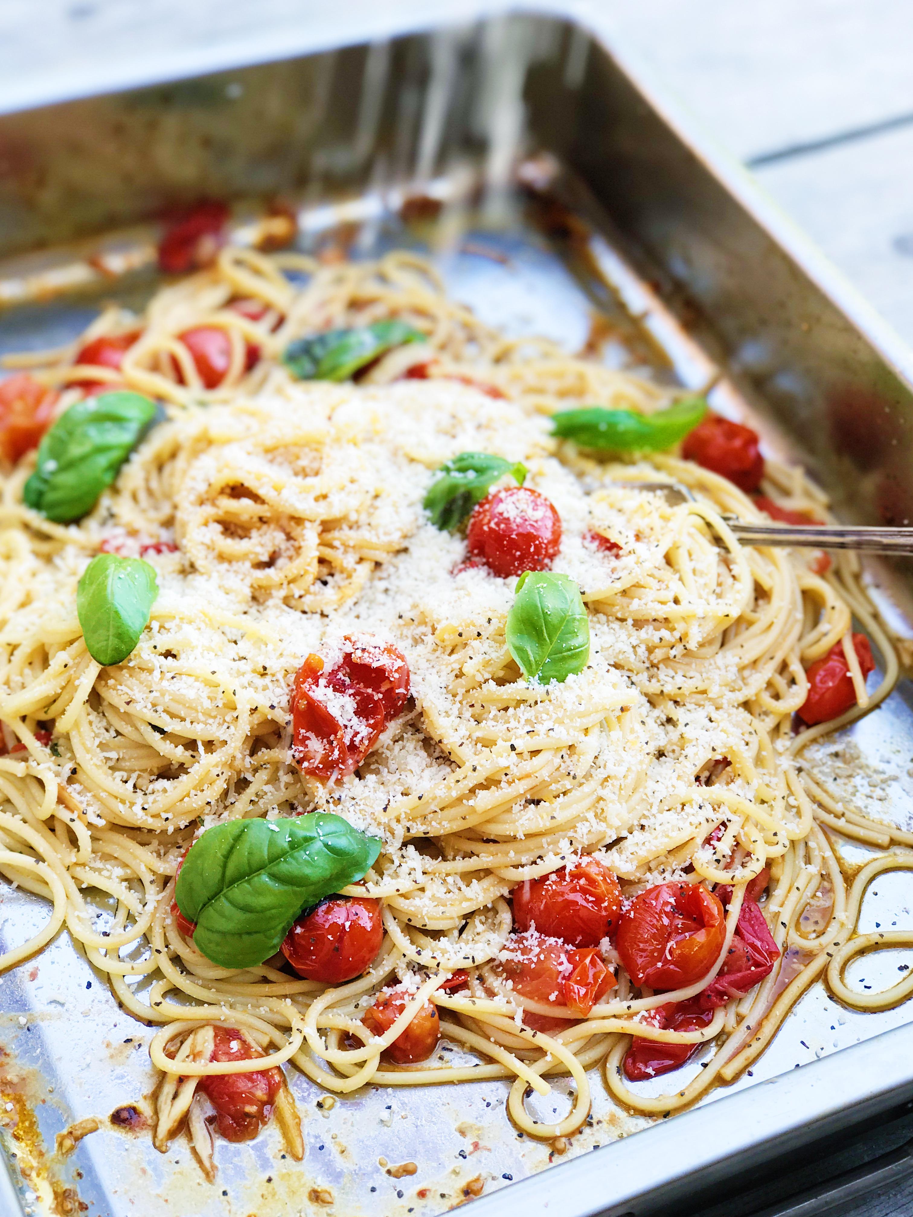 Pasta med ugnsrostade tomater och basilika