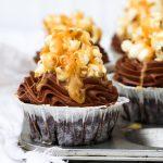 Chokladcupcakes med popcorn och kola