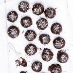 Kladdkakebollar med chokladbollsgömma