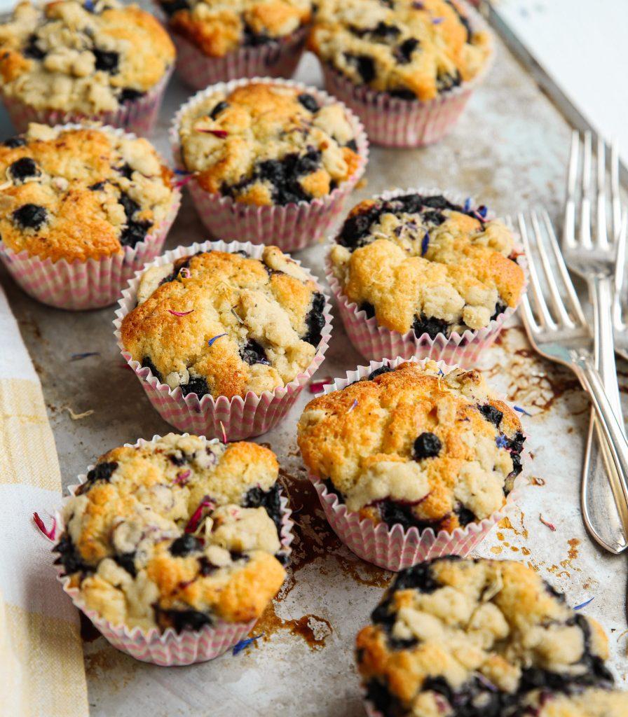 Blåbärsmuffins med vaniljkräm och smul