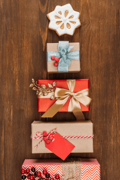 The ultimate list of experience gifts: A guide to gifting experiences instead of just things. Perfect gift for minimalists! #giftguide #experiencegifts