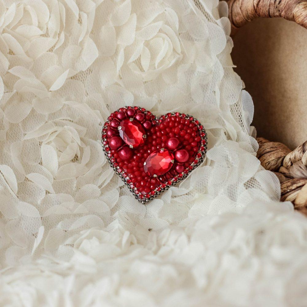 брошь классика жемчуг стразы вышивка сваросвски брошка украшения сердце красное