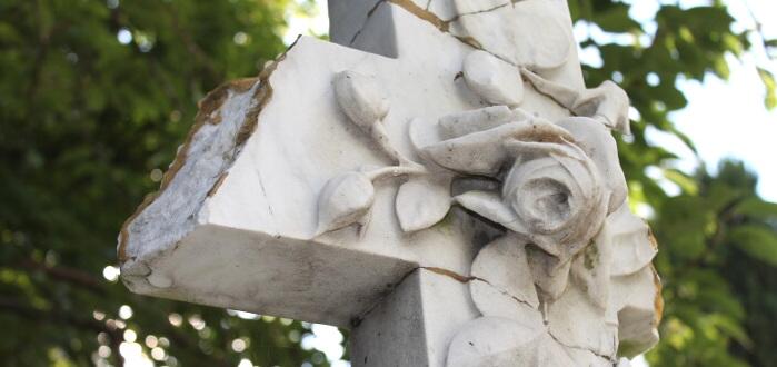 Begraafplaats Kanaalweg Delft Friedhof Kanalweg Abgebrochenes Steinkreuz mit Rosen