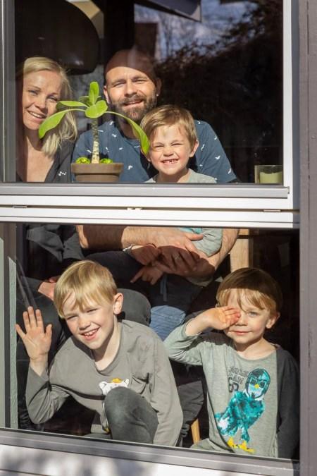 Portrætfotografering gennem vinduerne i en coronatid. Fotograf Jesper Fried Vive, Odense