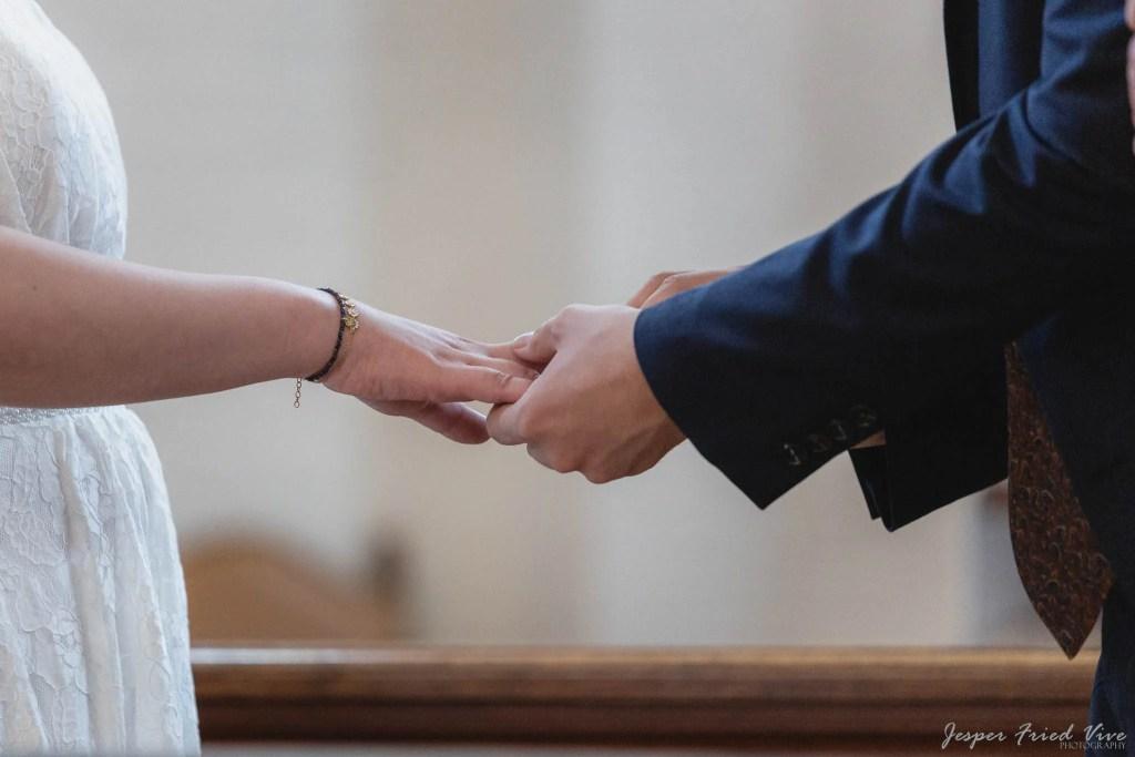 Bryllupsfotograf i Odense - Vielsesringen sættes på