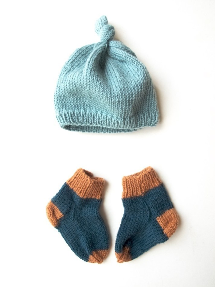 knitted baby hat and socks, too small :(