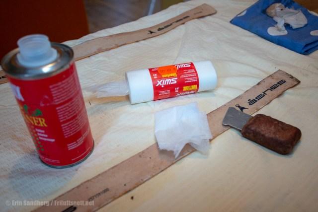 Bruk skirens og skiskrape for å fjerne de siste limrestene