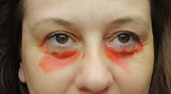 camoufler les cernes avec correcteur orange