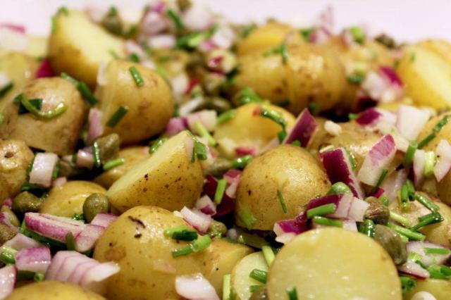 Kartoffelsalat, kartofler, rødløg, purløg, kapers
