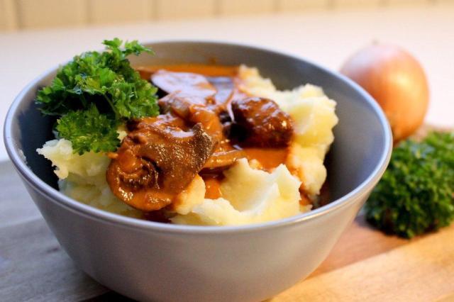 boeuf-stroganoff, bøf-stroganoff, kartoffelmos, persille