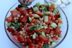 tomatsalat, tomat, agurk, kikaerter, fetaost, opskrift, salat