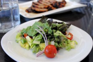 braendenaelde-pesto, braendenaelde, pesto, opskrift, asparges, cherrytomater, roedloeg, salat