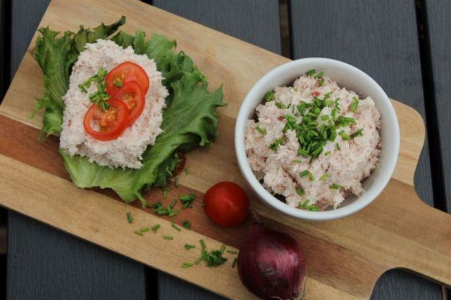 hjemmelavet-skinkesalat, skinke, hamburgerryg, purloeg, tomat, salat, rugbroed
