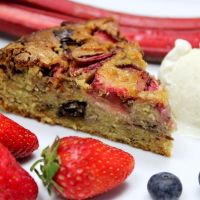 Jordbær rabarber kage med marcipan og chokolade