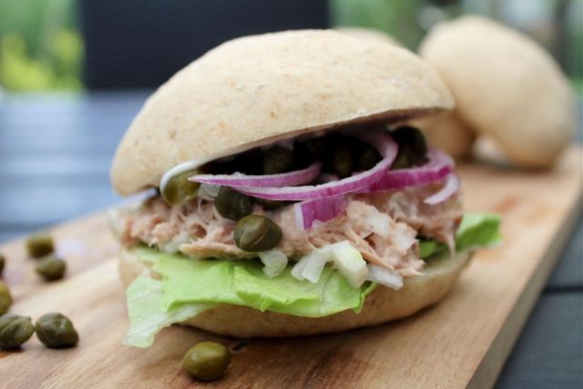 sandwich, sandwichboller, tunsalat, kapers, roedloeg, salat