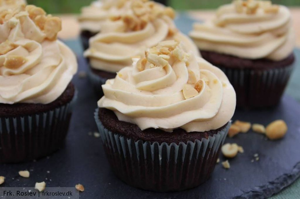 Snickers cupcakes med karamelfrosting
