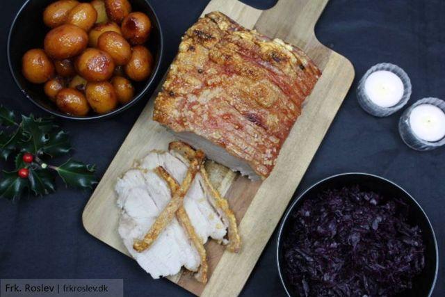 flaeskesteg, jul, juleopskrifter, brunede-kartofler, roedkaal, sproed-svaer, flaeskesteg-med-sproed-svaer