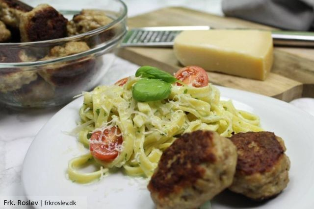 aftensmad, frikadeller, opskrift, pasta-pestosauce, frisk-pasta, hjemmelavet-basilikumpesto, parmasanost
