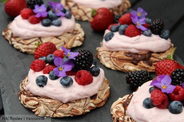 pavlova, chokolade-pavlova, dessert, dessert-opskrift, opskrift, jordbaerskum, baer