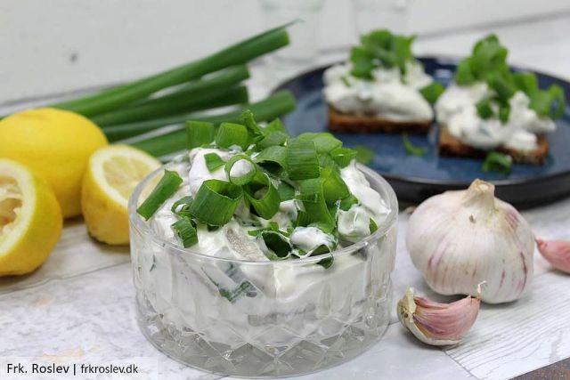 hvidloegssild, hvidløgssild, julefrokost, paaskefrokost, påskefrokost, hvidloeg, hvidløg, creme-fraiche, sild, fiskeanretning, jul, juleopskrifter, paaskeopskrifter, påskeopskrifter