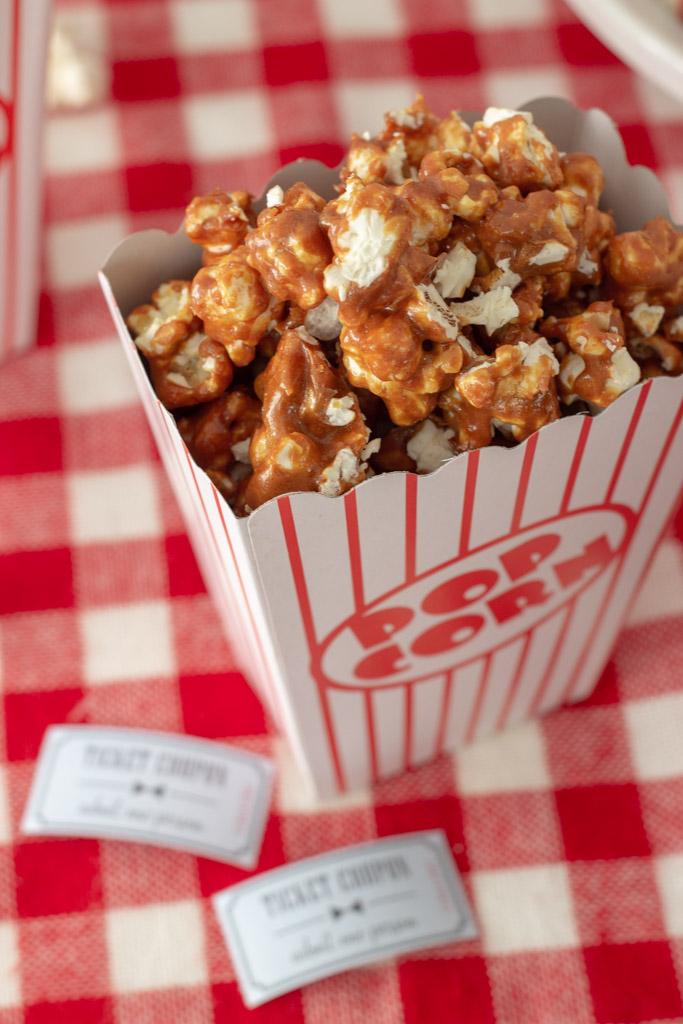 Popcorn med karamel til filmaften