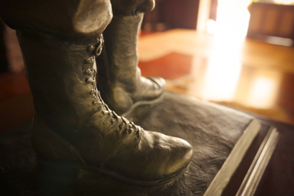 rsl-statue-feet-1270432