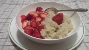 завтрак киноа и фрукты , добавить можно любые по-сезону...