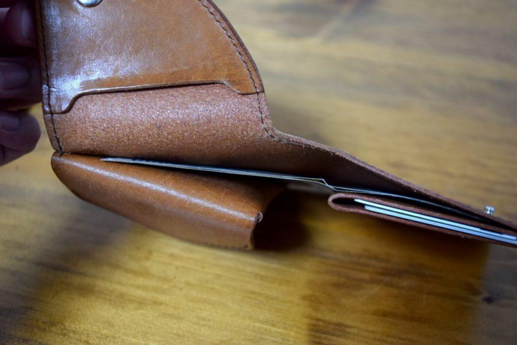 財布からお札を出すところ