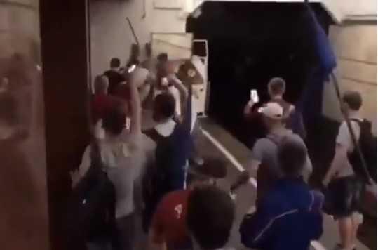 Озвірілі тітушки Шарія толпою жорстоко побили киянина в метро — поліція бездіяла (Відео)