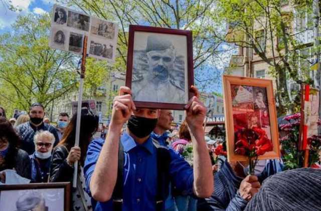 У Миколаєві на акцію «Безсмертний полк» чоловік приніс фото націоналіста Корчинського –