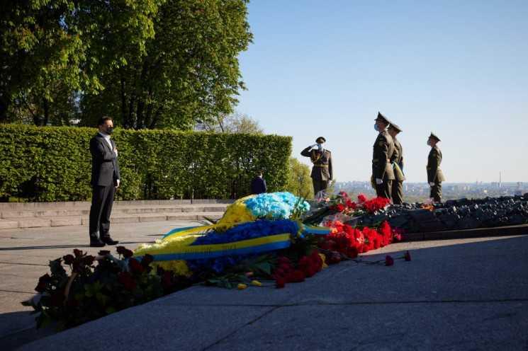 Зеленський вшанував пам'ять загиблих у Другій світовій війні покладанням квітів до Вічного вогню –