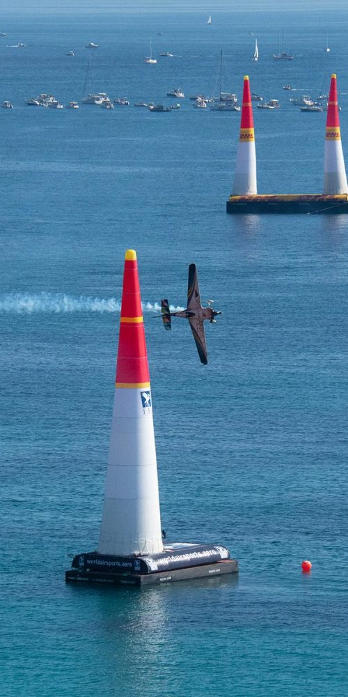 red-bull-air-cannes-cote-dazur-france-pilote