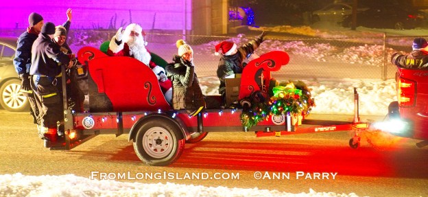 North Merrick, New York, USA. December 19, 2020. North Merrick Fire Department has its annual Santa Claus ride in red sleigh pulled by NMFD fire truck that goes through the streets of North Merrick community. (© 2020 Ann Parry, ann-parry.com)