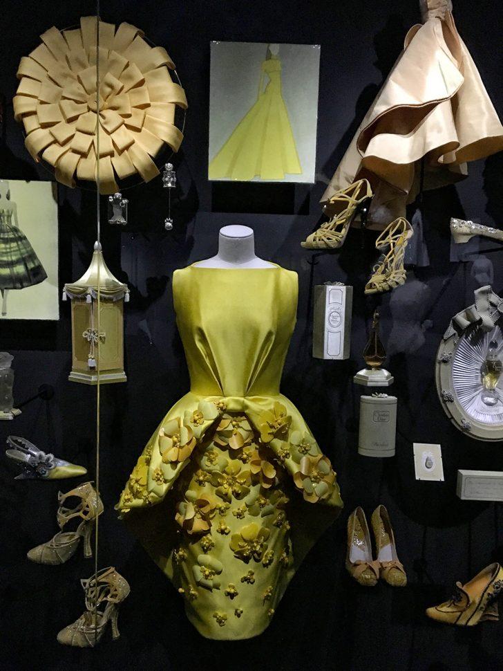 Exhibition Dior color theme