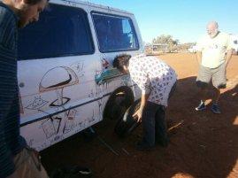 Un pneu crevé dans le désert, c'est une galère
