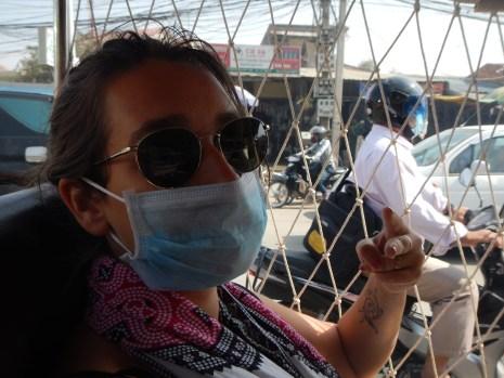 Les rues sont tellement polluées que notre chauffeur de tuk tuk nous demande de porter des masques