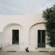 Masseria Moroseta is a brand new stylish and affordable B&B in Puglia welcoming families with children older than 6 years old. The modern white stone house was built using traditional techniques around a courtyard with arches.