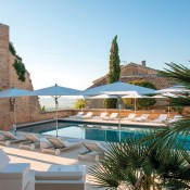 Le Vieux Castillon has been in operation for some time but now a tasteful renovatio has given it a new life and made me notice it! It's an affordable luxury hotel with a heated pool in the middle of an authentic provencal village.