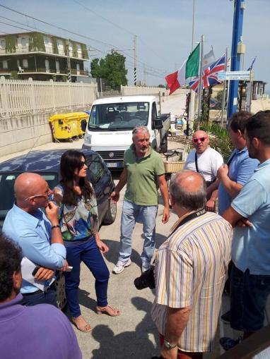 Da sinistra Daniele Re, la sindaco Montali, il consigliere Giuliano Paccamiccio, Rodolfo Scalabroni e Claudio Pini di Abat allo chalet Mauro.-001